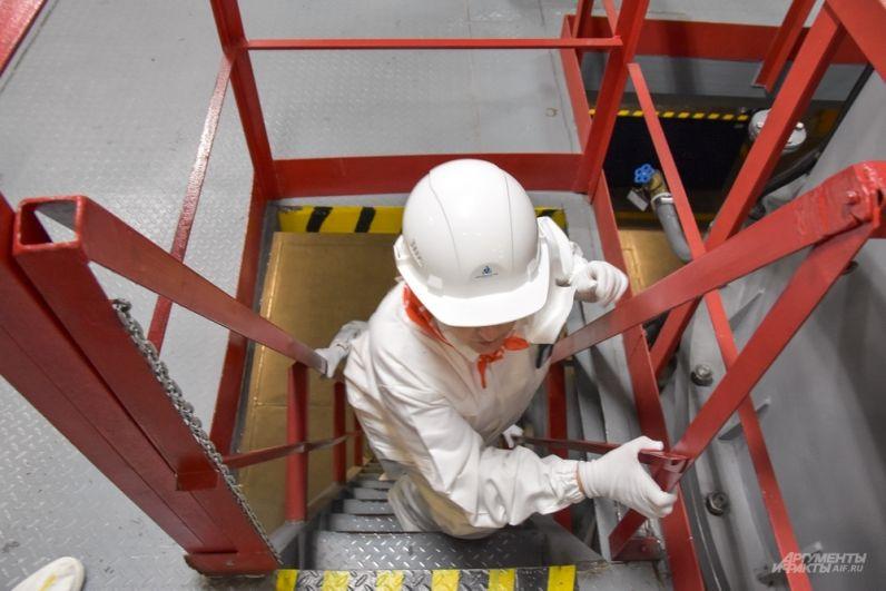 Каски были выданы неспроста - много углов и низких препятствий на крутых лестницах.