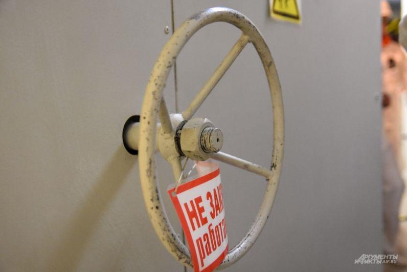 Вход в реактор - это металлические объемные двери. Как в бункер.