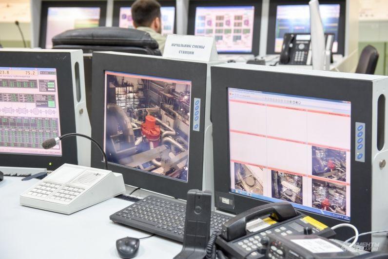 Операторы следят за процессами в реакторе, никогда не покидая рабочее место.
