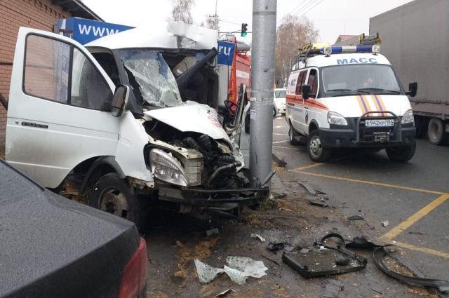 На месте аварии работают сотрудники ГИБДД. Им предстоит установить причины и обстоятельства дорожно-транспортного происшествия.