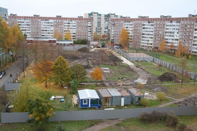 Сквер уже огородили забором и пригнали строительную технику.