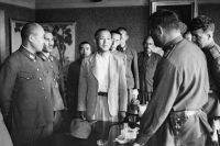 Советское командование принимает капитуляцию частей японской армии.