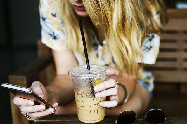 Разобщённость, отсутствие эмоциональной близости с родственниками - это одна из причин зависимости человека от смартфона.