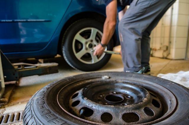 Можно и самому поменять колёса, если не хочется платить или стоят в очереди.