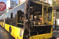 В Киеве прямо на ходу загорелся троллейбус: тушили водители и ГСЧС