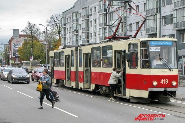 Подпись под трамваем: Пешеходы вынуждены перебегать дорогу перед машинами.