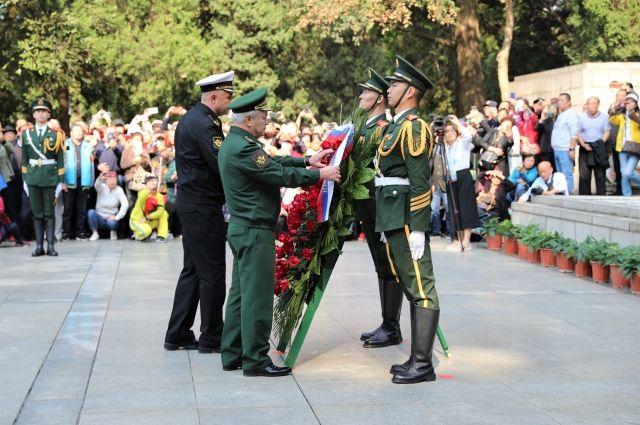 В Китае прошла церемония возложения венков к памятнику советским воинам
