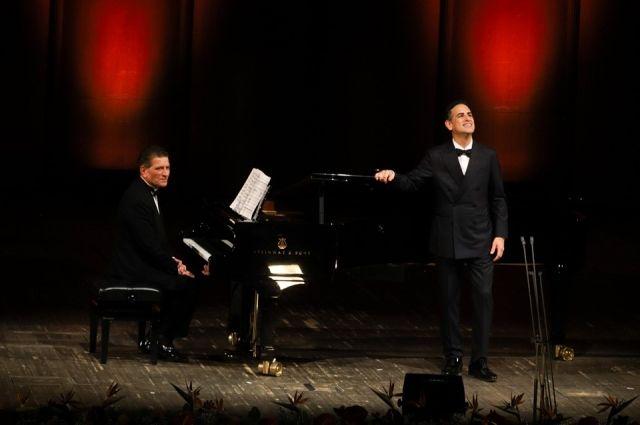 Перуанский тенор Хуан Диего Флорес исполнил арии из классических произведений. Аккомпаниатор - Винченцо Скалера.