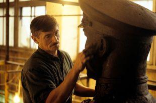 Скульптор Вячеслав Клыков работает над памятником маршалу Жукову.