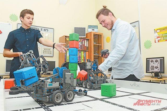 Урок робототехники. Это одно из самых перспективных и популярных направлений в московских школах.