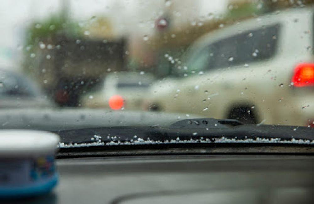 Перемены в погоде стали причиной пробок и даже аварий в городе, поэтому автомобилистам следует быть более осторожными, любуясь снежной красотой.