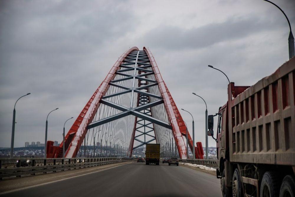 Особенно привлекательно выглядят под снегом главные достопримечательности Новосибирска, например, самый красивый в городе мост Бугринский.
