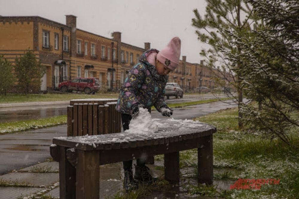 Во дворах города уже появляются первые, пусть совсем небольшие, но самые настоящие снеговички, снежные бабы и другие фигуры.