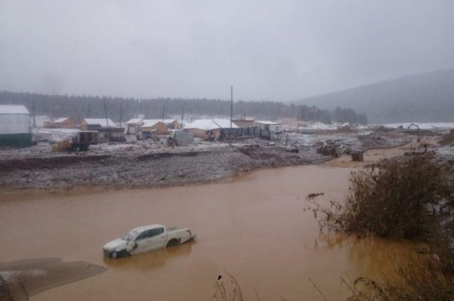 О прорыве плотины в эстренные службы сообщили рано утром.