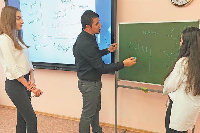 Махран Альджарадат из палестинского Хеврона преподаёт в школе лишь второй месяц, но уже сумел создать учебные пособия для обучения арабскому.
