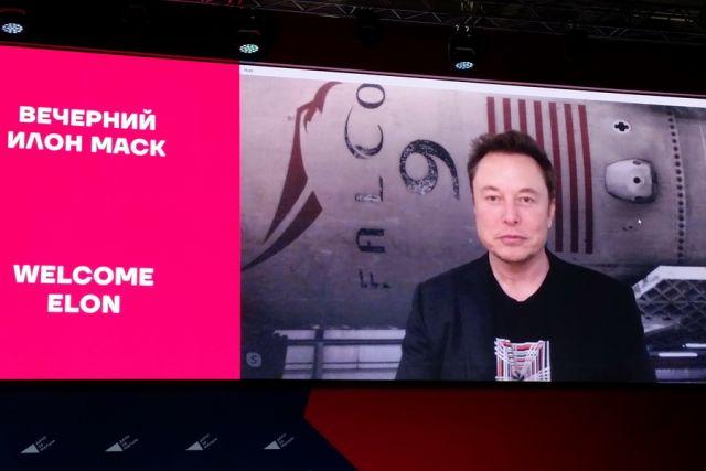 Илон Маск выступает в Краснодаре по видеосвязи.