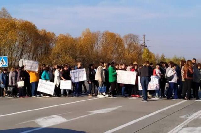 Под Житомиром учителя перекрыли дорогу из-за больших долгов по зарплате