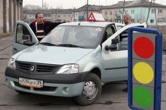 Депутаты предлагают отменить автошколы и курсы вождения: подробности