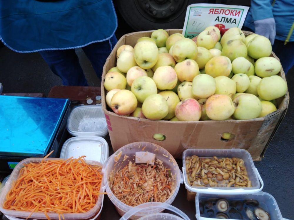 Местные яблоки стоят 40 рублей.