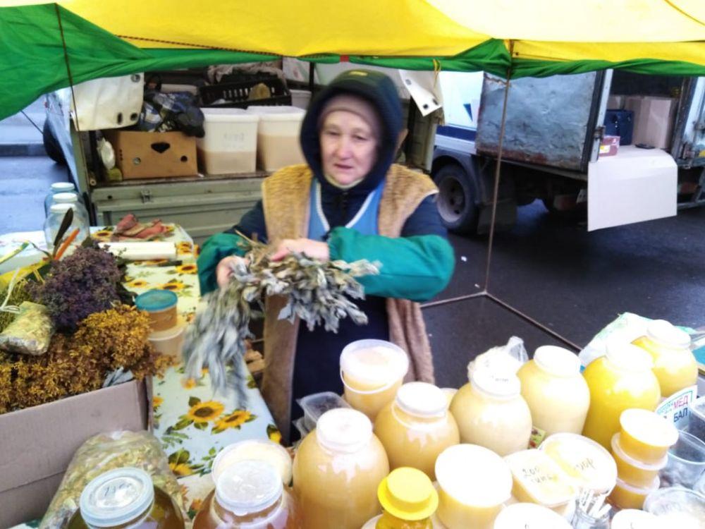 Небольшую банку меда можно купить за 100-200 рублей.