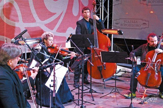 На сцене по периметру установили специальные обогреватели, чтобы музыканты не замёрзли.