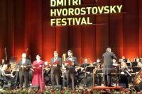 Дирижировал Красноярским симфонический оркестром, который входит в пятерку лучших музыкальных коллективов мира, Юджин Кон из США