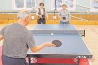 В настольный теннис пенсионеры играют в школе №1507.
