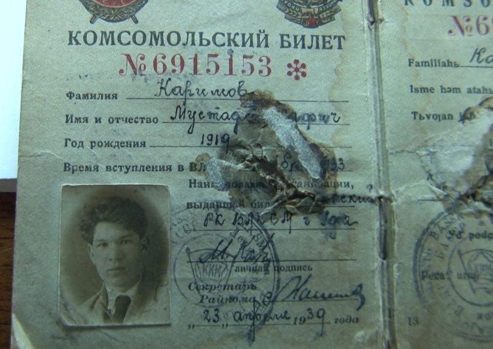 В 18 лет написал пророческое стихотворение «Комсомольский билет», где были такие строчки «И пуля бойцу восемнадцати лет Пробила насквозь комсомольский билет». Когда он ушел на войну, в одном из сражений его настигла пуля, пробив комсомольский билет и повредив лёгкое. Благодаря билету ранение оказалось не смертельным.