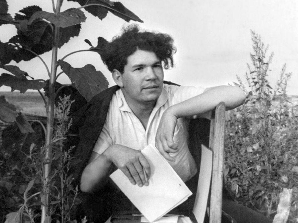 Первый сборник стихов «Отряд тронулся» вышел в свет в 1938 году, когда автору было всего 19 лет.