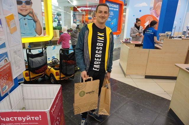 Покупатели с удовольствием брали пакеты
