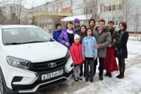 Глава ЯНАО подарил автомобиль многодетной семье из Ноябрьска