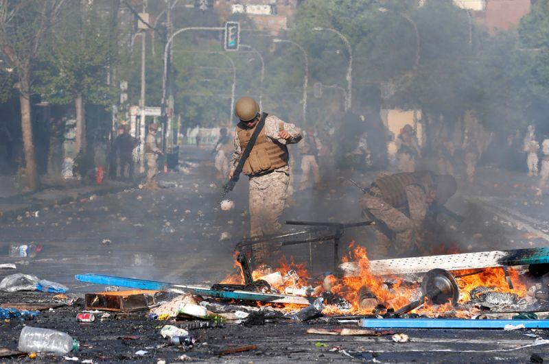 Горящие баррикады на улицах Вальпараисо.