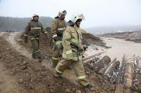 На месте ЧП работает около 300 спасателей.