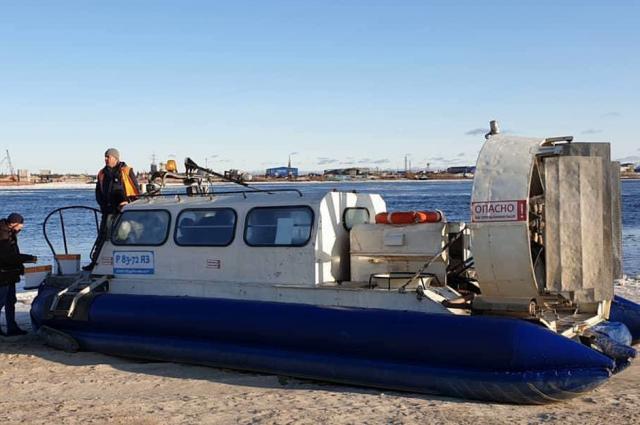 Вездеходы на воздушной подушке перевозят ямальцев через Пур