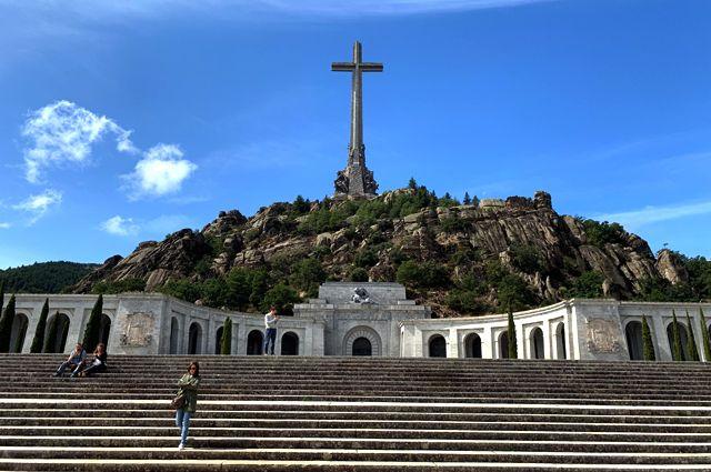Монументальный комплекс «Долина Павших», расположенный в 60 км от Мадрида. В комплексе захоронены останки Франсиско Франко.