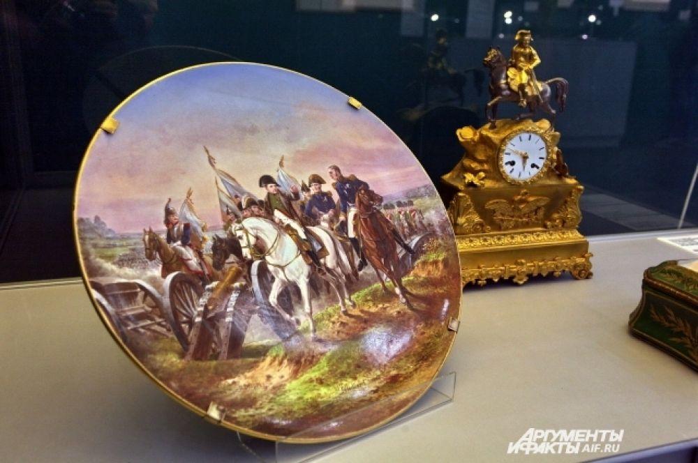 Тарелка с изображением битвы при Фридланде. Часы с Наполеоном на коне.