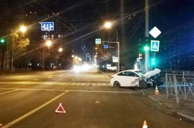 В связи с изменившимися погодными условиями (минусовые температуры, гололед) сотрудники ГИБДД по Новосибирску просят водителей быть внимательнее за рулем.