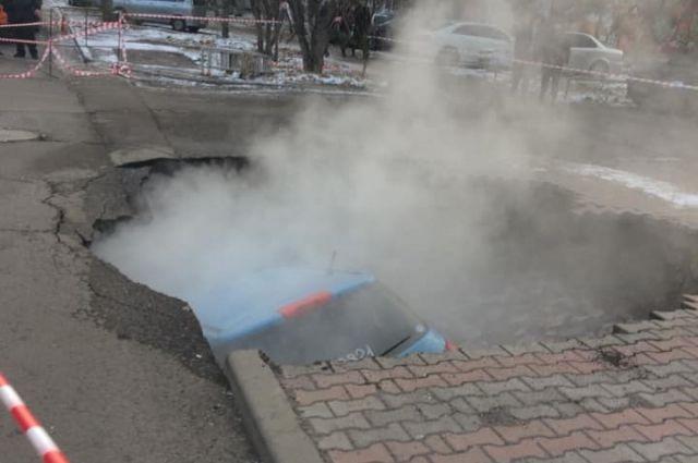 Машина была припаркована на тротуаре - и за полчаса сползла в яму.