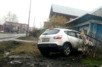В Тюмени автомобиль, попавший в ДТП, от удара врезался в частный дом