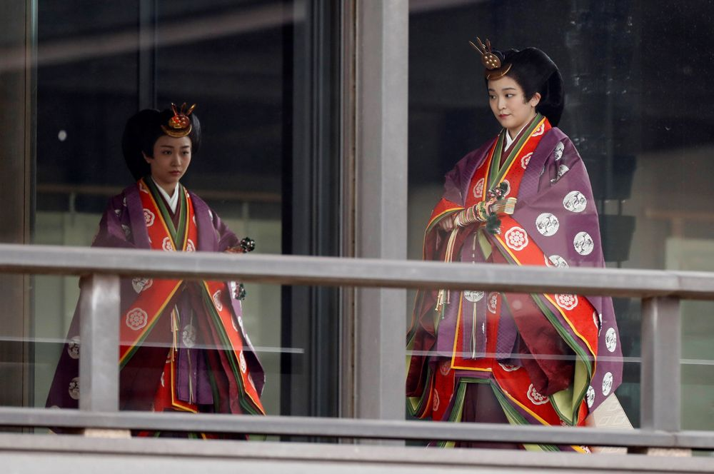 Наследные принцессы Како и Мако на церемонии интронизации.