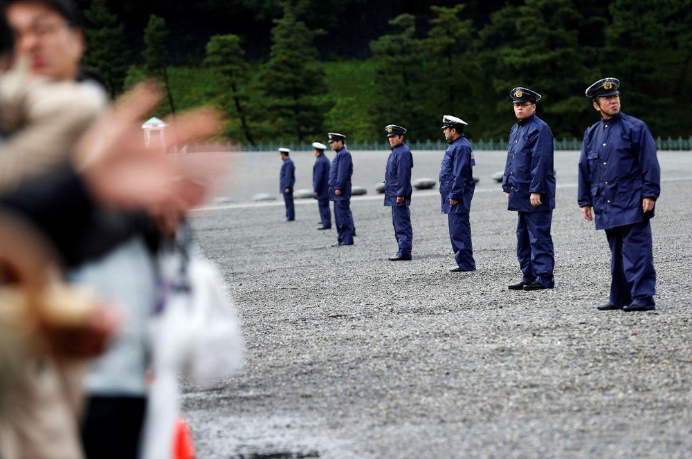 Охрана около императорского дворца во время церемонии.