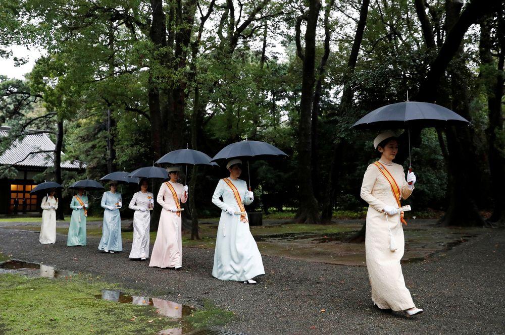 Члены королевской семьи Японии прибывают на церемонию интронизации императора Нарухито в Токио. На переднем плане: наследная принцесса Кико.