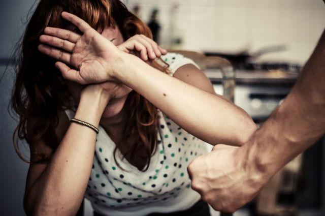 Находясь в состоянии алкогольного опьянения, обвиняемый систематически избивал жену.