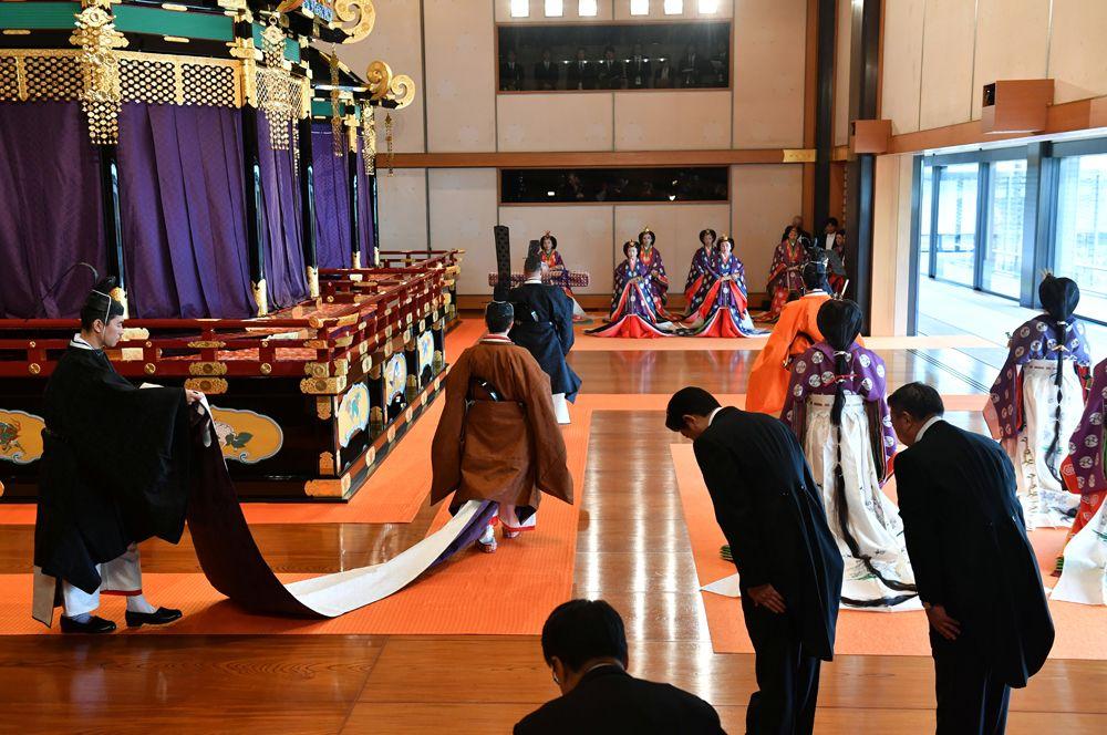 Император Нарухито покидает зал императорского дворца, где прошла церемония интронизации.