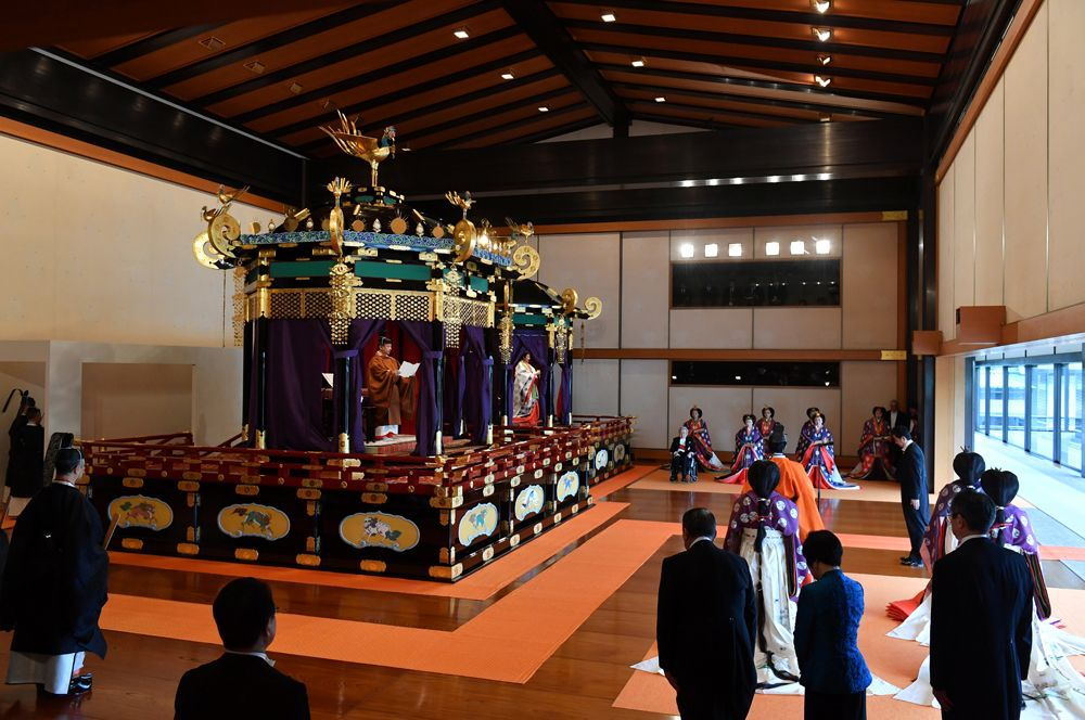 Император Нарухито (слева) и императрица Масако (справа) на церемонии интронизации в императорском дворце в Токио.