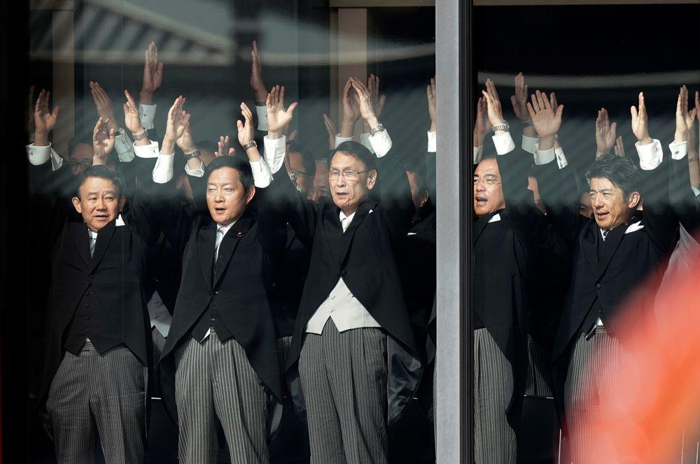 Гости церемонии кричат «Банзай!» («Да здравствует!») — традиционное пожелание десяти тысяч лет жизни императору.