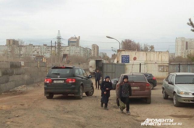 В Оренбурге из-за ремонта на ул.Уральской пешеходы идут по стихийно образовавшемуся объезду.