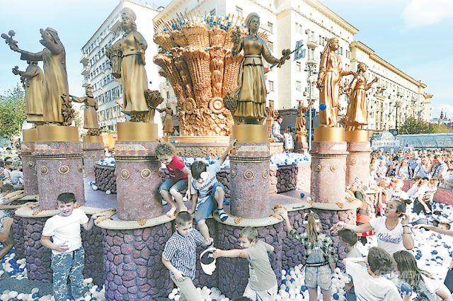 Москва стала одним из самых интересных городов Европы. Реставрация исторических объектов, уличные праздники и тематические фестивали – это привлекает туристов и предпринимателей со всего мира, которые обеспечивают городу стабильный доход.