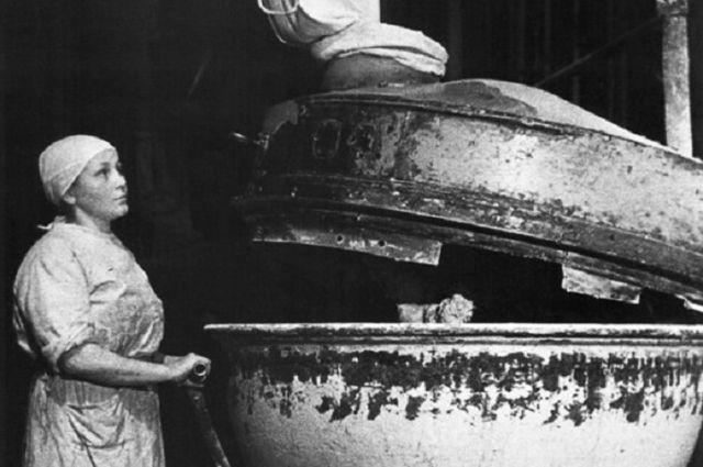 Работница Клавдия Симонова у тестомесилки на хлебозаводе № 61 имени А.Е. Бадаева в блокадном Ленинграде, 1942.