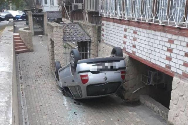 В Одессе с высоты упал автомобиль: пострадал пятилетний ребенок